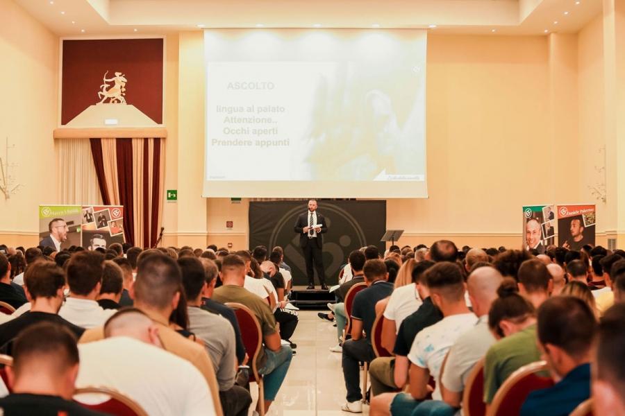 SALES 2019. Milano. 250 venditori in aula durante la fase di esecuzione di un test per la misurazione della capacità di adattamento allo stress.